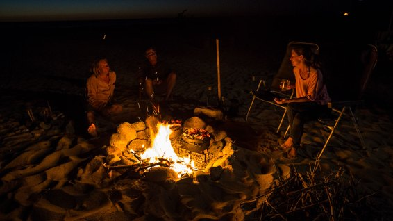 Abends trifft man sich am Lagerfeuer zum kochen und quatschen.
