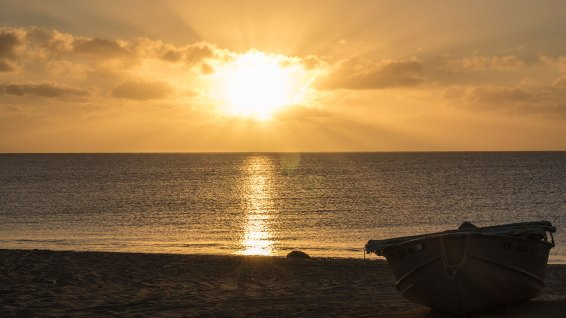 Titel: Sonnenaufgang mit Boot.