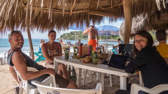 Wir geniessen kühle Drinks mit unseren Freunden John und Mandi (auch Home Office genannt).