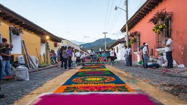 Für die Prozession werden aufwändige Teppiche gelegt.