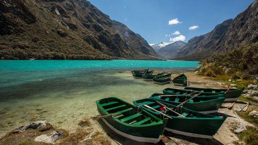 Die Boote warten auf die Besucher im Huascaran.