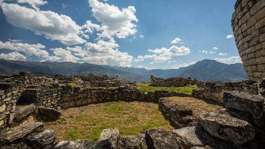 Wir starten in Peru mit einer abgelegenen Ruine in Kuelap.