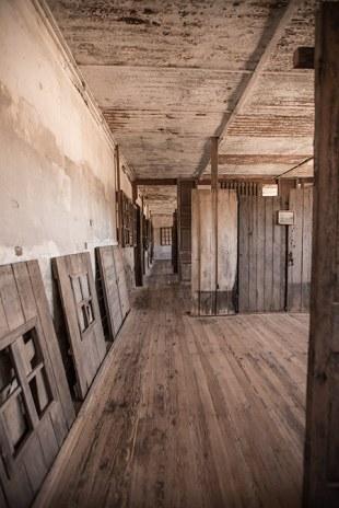 Stundenlang schlendern wir durch die verlassenen Gebäude.