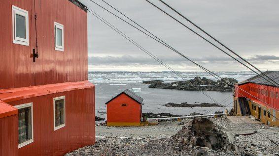 Das ist die Station Esperanza. Da leben Menschen. Dort ist's verdammt windig.