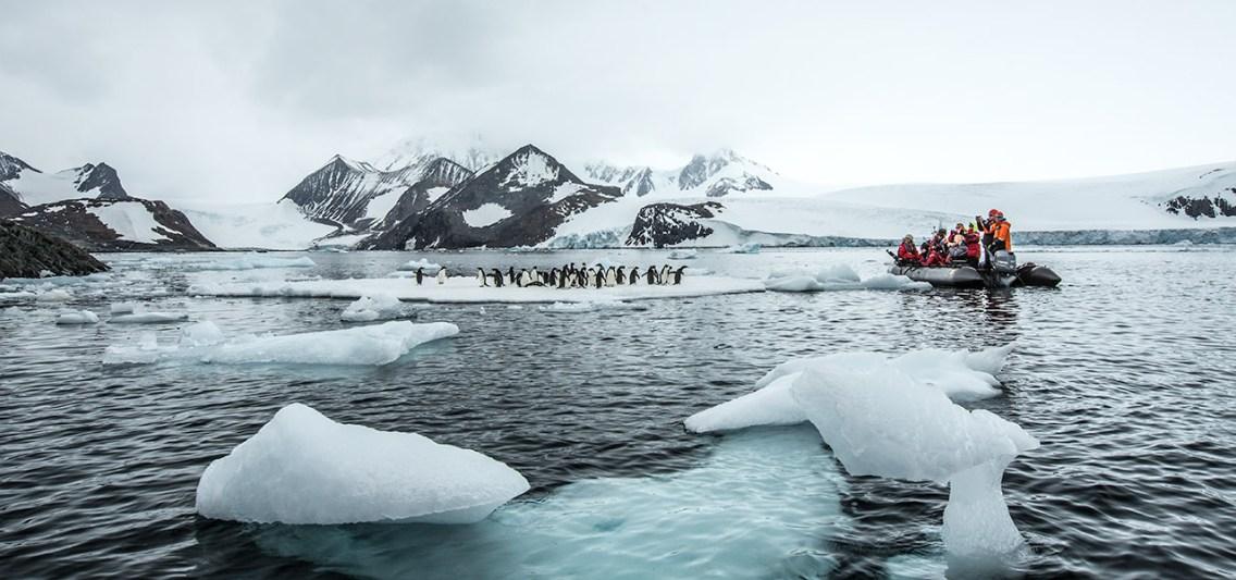 Die Besucher fahren in schwarzen Gummi-Booten rum.