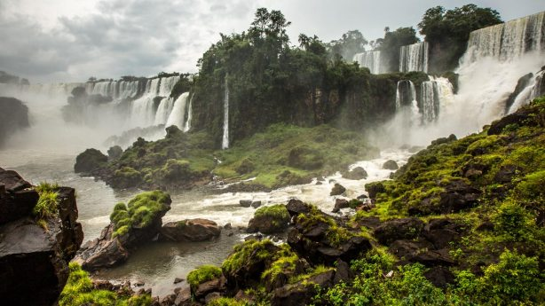 Lange Pfade führen immer wieder an die Iguazu-Fälle heran.