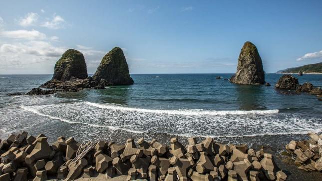 Normalerweise sieht es an der Küste eher so aus... Wellenbrecher und Tsunami-Verbauungen.