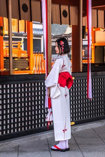 Japaner besuchen berühmte Orte gerne festlich gekleidet.