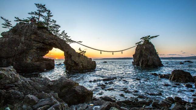 Beinahe an jeder Ecke Japans steht ein Torii, Schrein oder Tempel. Hier ein Küsten-Felsen-Schrein.