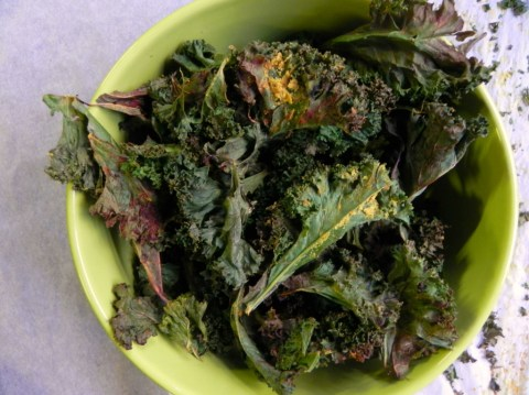 Cheesey-OIl-Free-Kale-Chips-@cearaskitchen-vegan-healthy-yum-1024x767