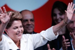 Brésil: Dilma Rousseff réélue au terme d'une campagne virulente