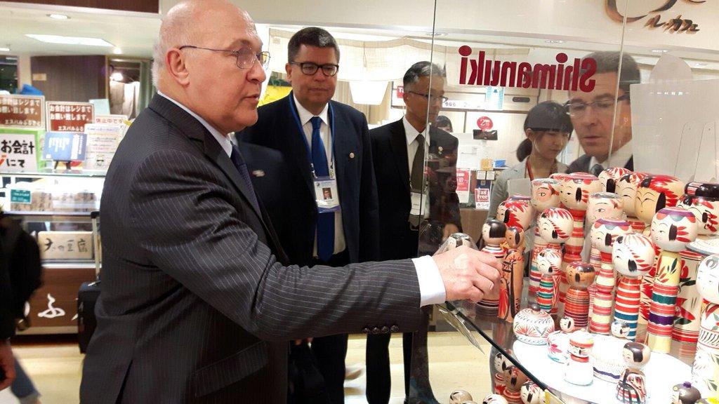 rt-ambafrancejp-de-retour-du-g7-finances-le-ministre-m-sapin-decouvre-a-sendai-les-kokeshis-poupees-typiques-du-nord-du-japon-https