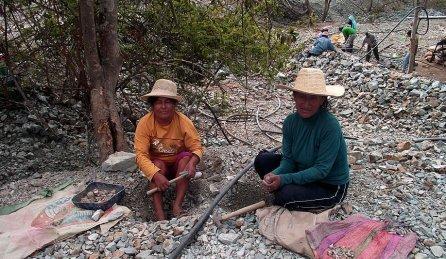 La minería informal es un medio de subsistencia que beneficia a algunos miembros de comunidades y de provincias alejadas de Piura. Sin embargo, esta actividad también los afecta debido a la poca seguridad y falta de herramientas adecuadas para la extracción de los minerales. A esto se suma el alto grado de contaminación que afecta a los propios mineros y a toda la región.
