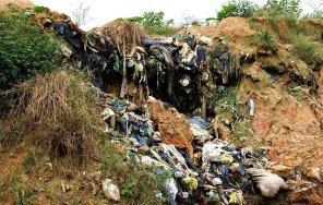 Desde su traslado a la zona de amortiguamiento no existe una gestión adecuada de los residuos sólidos. La empresa contratada por la Municipalidad Provincial de Maynas (M.P. Construcciones y Servicios S.R.L.) contaminaba directamente la quebrada Allpahuayo, cuyas aguas discurren cercanas a dicha zona, atraviesa la Reserva Nacional Allpahuayo Mishana y luego desemboca en el río Nanay, principal abastecedor de agua de la ciudad de Iquitos.