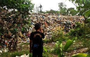 La acumulación de basura es asombrosa, sobrepasa toda dimensión esperada. En algunos momentos las autoridades caminaban sobre 10 metros de basura y en otros se encontraban amenazadas por 12 metros de residuos apilados en montañas que se desbordaban. La acumulación de basura y pestilencia afecta directamente a los pobladores de la Comunidad Trece de Febrero.