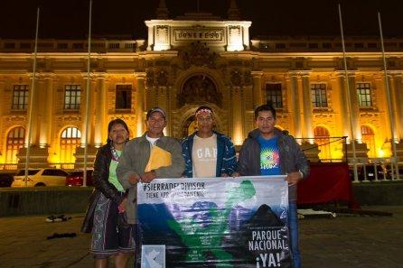 Martha Cairuna, Eber García, Aarón Nacua y Alberto Cardozo en los exteriores del Congreso