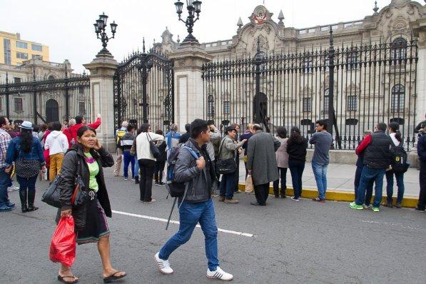 Martha Cairuna Fasabi, exjefa de la CN Shipibo Nuevo Saposoa y Alberto Cardozo Goñez, secretario de la CN Huambisa Lobo Santarrocino frente al Palacio de Gobierno.