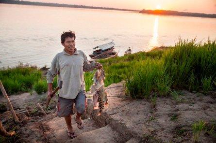 Mientras amanece sobre el río Marañón, Dexter Amasifuen regresa de su jornada de pesca con varias palometas y doncellas para alimentar a toda la familia.