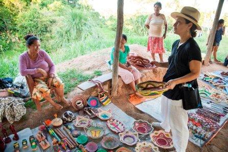 Ema Tapullima conversa con una turista brasileña sobre los productos que ofrece hechos a base de chambira. Las mujeres de la comunidad se unieron para formar la Asociación de Artesanas Karhuara Orno y así mejorar la calidad de su producción artesanal.