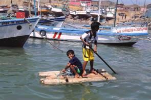 Los niños de la zona se aventuran al mar con balsillas hechas por ellos mismos. A muchos, esto les sirve de entrenamiento, ya que al crecer se dedicarán a la pesca artesanal.