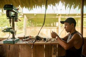 Carlos, el padre de familia, se dedica a diversas actividades. Es, por ejemplo, artista y artesano. Talla dijes trabajando la tagua o yarina —una semilla conocida como «el marfil del bosque»—, hace esculturas con la topa o madera balsa, y pinta murales en las paredes de su casa y la de sus amigos.