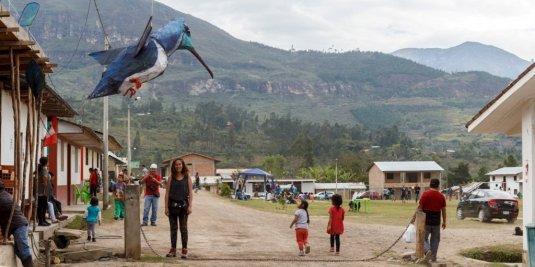 Durante toda la semana, la artista Eugene Tazé se dedicó a crear junto con todos los visitantes este increíble colibrí cola de espátula.