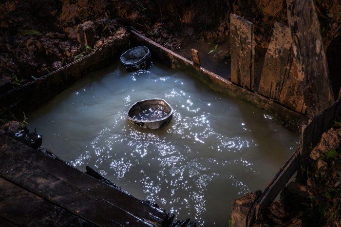 En las comunidades de Yurúa no hay agua potable. En el caso de la CN San Pablo, todos obtienen agua directamente del río o de pozos como este. En estos agujeros cavados en el suelo arcilloso, la gente recoge agua para cocinar, se baña, lava su ropa y también la bebe directamente.