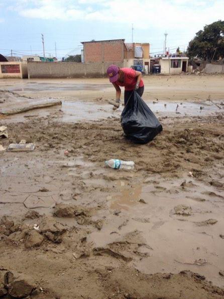 La población también apoya recogiendo los desperdicios que aún proliferan en las calles.