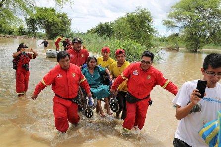 Una vecina de Molino Azul es cargada en su silla de ruedas. Los niños y ancianos fueron los más afectados.