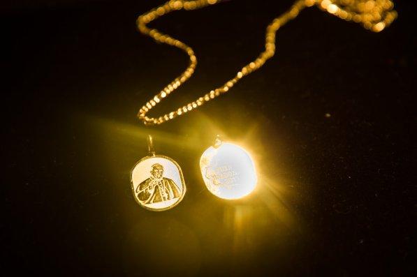Durante la visita del líder de la Iglesia Católica, algunos comerciantes vendían medallas alusivas al Papa. Lo llamativo es que estaban bañadas en oro de Madre de Dios.
