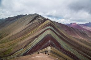 Esta montaña ganó popularidad a partir del año 2014, cuando las agencias de turismo iniciaron la promoción de la zona con el nombre de Montaña Arcoíris, Montaña Siete Colores o Montaña de Colores. Foto: Carmen Contreras / SPDA