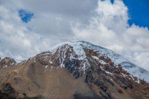 Una de ellas, conocida como el apu Ausangate, el pico nevado de 6384 msnm, domina el paisaje imponente de un territorio poblado por comunidades que viven de sus hatos de alpacas y llamas y de una agricultura de subsistencia. Foto: Carmen Contreras / SPDA