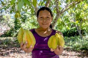 Nerci Inuma, tesorera de la comunidad, descendiente amahuaca, es una de las diez personas que descienden directamente de esta etnia. Ella es una de las promotoras del turismo en la comunidad. Se encarga de recibir y atender a los turistas, además de administrar los ingresos y organizar a sus demás compañeras. Foto: Vico Méndez / SPDA