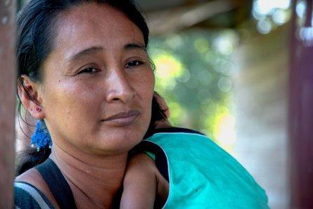 Ana del Castillo llegó hace trece años a la comunidad desde Pucallpa. Ella y su esposo se dedican a la agricultura, especialmente de productos como el cacao, plátano, verduras y maíz. El producto que más rentabilidad les da es el cacao, sobre todo porque están convirtiendo dicho fruto en chocolates, dulces, frutos secos y otros productos. Foto: Vico Méndez / SPDA