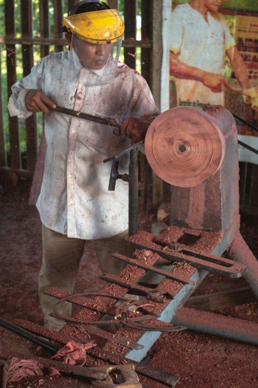 Con el apoyo de organizaciones de la sociedad civil y de la mano con la autoridad, artesanos de la comunidad de San Antonio se han capacitado en la elaboración de utencilios de madera. Foto: SPDA/Spectabilis