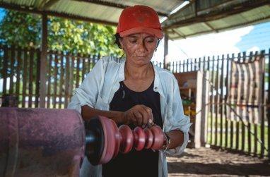 De esta manera, la artesanía en madera de San Antonio ayuda a conservar el bosque es pie a través del aprovechamiento sostenible. Foto: SPDA/Spectabilis
