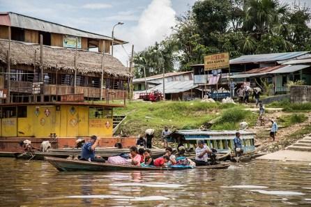 12.- El puerto de Mazán presenta una constante actividad de comercio y movimiento de personas.