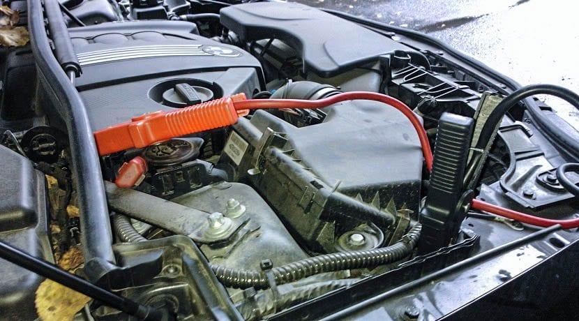 Batería de coche con pinzas para arrancar