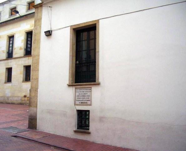 Ventana del Palacio de San Carlos por la que escapó Bolívar cansado de tanto matoneo.