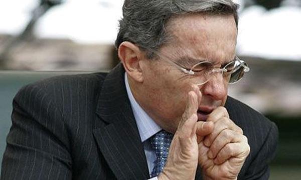 Álvaro Uribe presenta un cuadro gripal, laringitis y disfonía espasmódica.