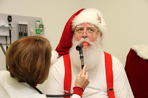 Papá Noel durante un chequeo de salud