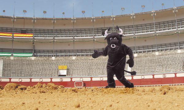 Con voluntarios disfrazados como este, los animalistas esperan acabar con la crueldad animal en corridas de toros