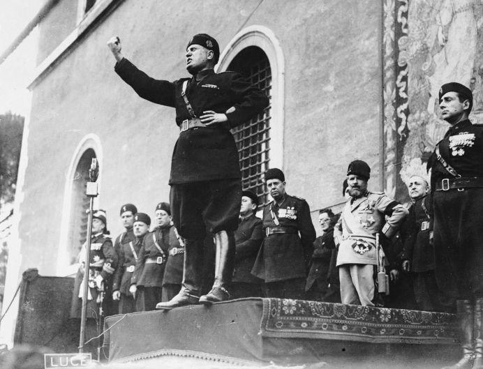 Benito Mussolini durante un mitin.