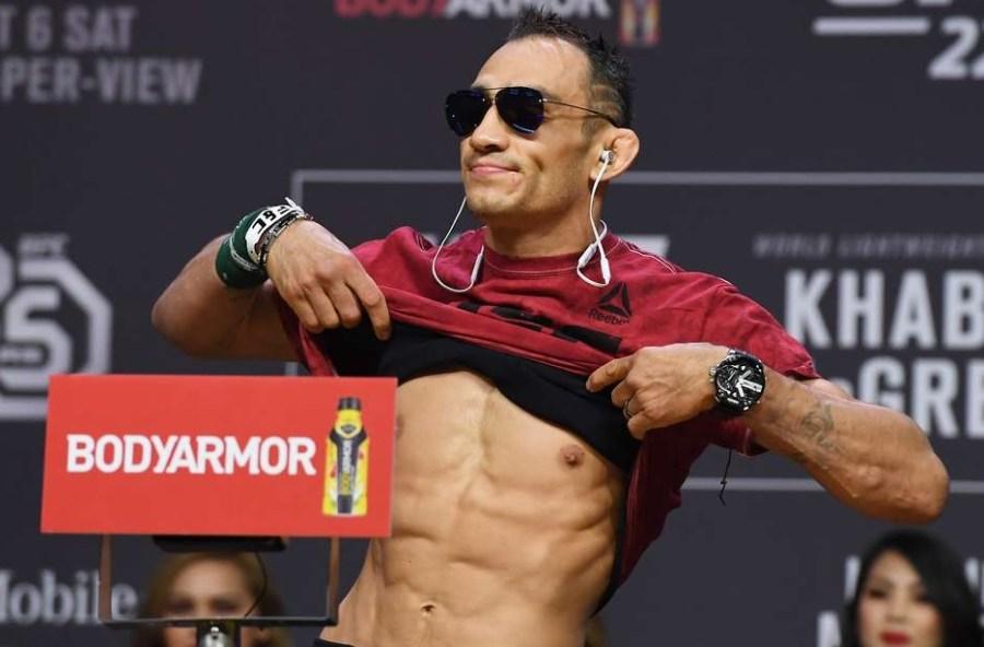 Tony Ferguson fait le poids à l'UFC 249