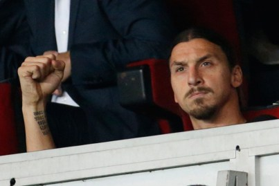 Zlatan dans les tribune serre le poing but de Verratti