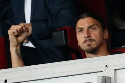 Zlatan dans les tribune serre le poing but de Verratti