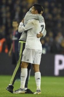 fan de cr7 embrasse pendant le match