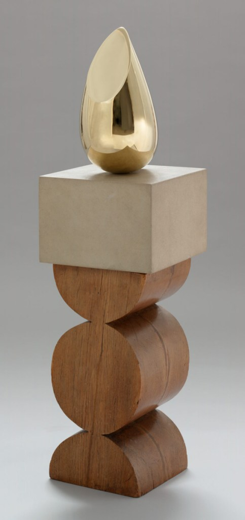 Constantin Brancusi. Young Bird.1928. Bronze, 16 x 8 1/4 x 12″ (40.5 x 21 x 30.4 cm), on a two-part pedestal of limestone 9 1/4″ (23.5 cm) high, and oak 23 3/4″ (60.3 cm) high (carved by the artist), 47 5/8 x 18 1/4 x 5 3/4″ (121 x 46.3 x 14.6 cm). The Museum of Modern Art, New York. Gift of Mr. and Mrs. William A. M. Burden. © 2018 Artists Rights Society (ARS), New York / ADAGP, Paris