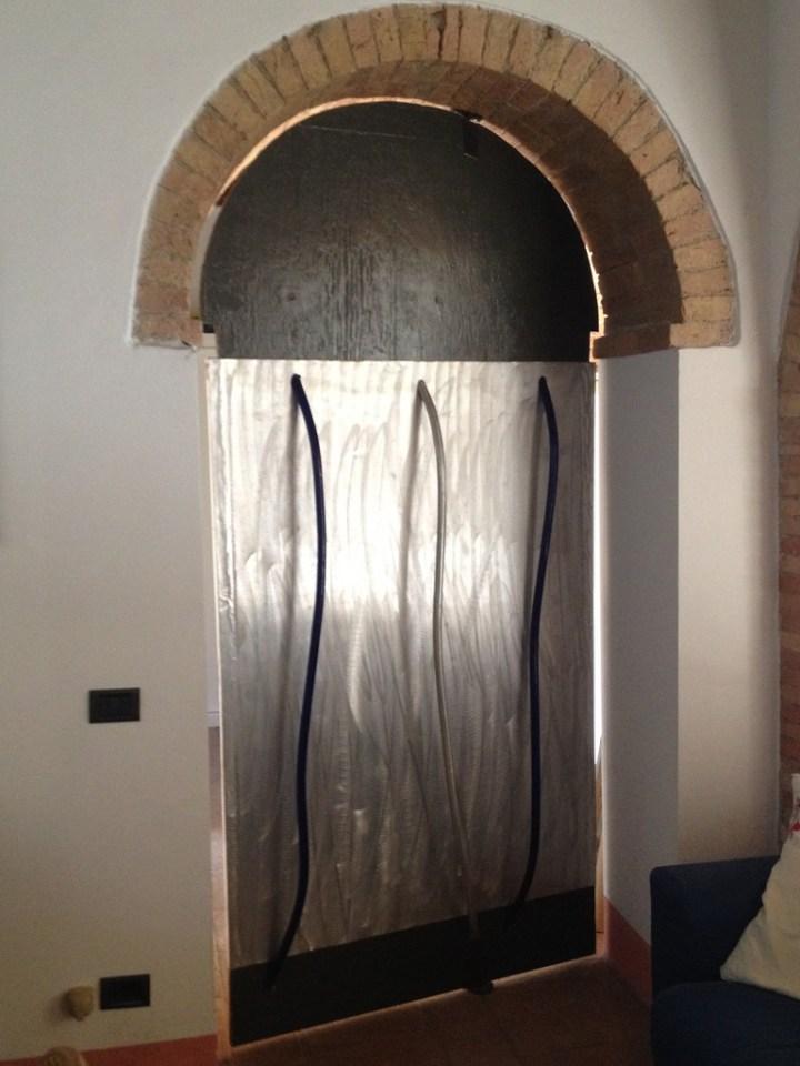 Porta girevole, 1992, Montecatini Val di Cecina, attaccapanni e scultura, alluminio smerigliato, abitazione privata. Courtesy Baldo Diodato