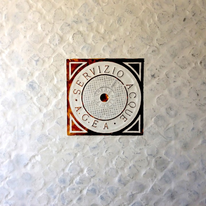 Particolare del rivestimento di parete, 2000, alluminio con vetroresina e acrilici su struttura in legno, abitazione privata. Courtesy Baldo Diodato